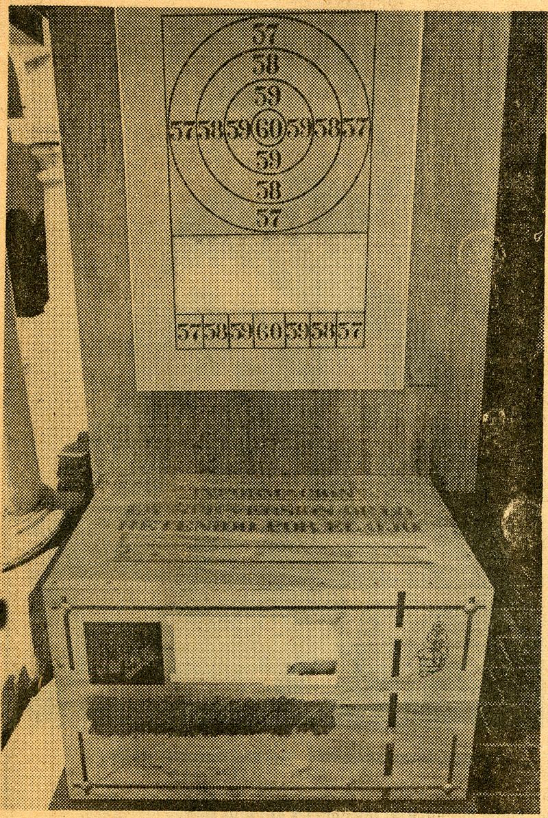 Fotografía de obra de Víctor Hugo Codocedo compuesto por una caja y un tiro al blanco, publicada en prensa.